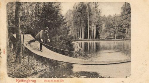 Alle dagen even mooi: man op kettingbrug, Roozendaal 1902